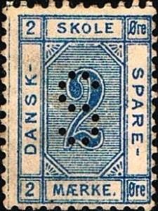 Det første danske skolesparemærke for børn DANSK - SKOLE SPARE - MÆRKE 2 øre i blå farve udkom i år 1886 meget ulig i udseende sparemærkerne for småkårsfolk men perforeret med samme perfinbillede S